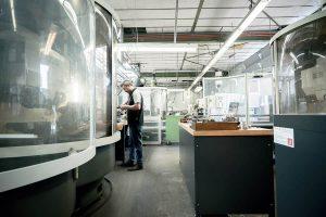 Gereedschap slijpen   Productiehal KMWE Toolmanagers & KGS Tools